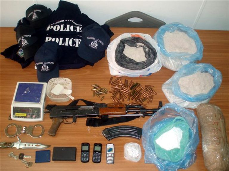 Bόλος: Έκρυβαν κοκαϊνη, όπλα, φυσίγγια και σπαθιά!   Newsit.gr