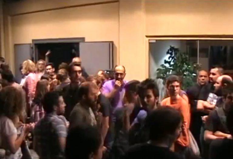 «Αγανακτισμένοι» εισέβαλαν σε συνέδριο του ΠΑΣΟΚ στο Βόλο – Βίντεο | Newsit.gr