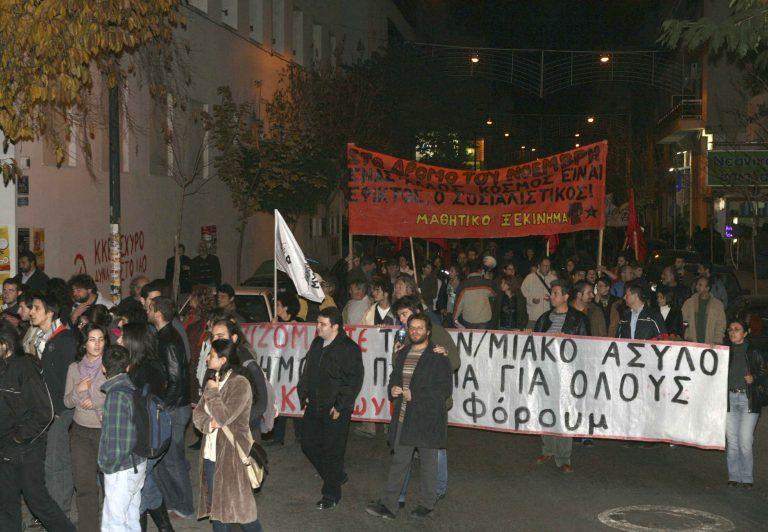 Έσπασαν μάρμαρα και τράπεζες στο Βόλο – Αντιφασιστικά συνθήματα έξω από τα γραφεία της Χρυσής Αυγής | Newsit.gr