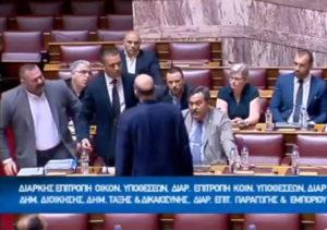 """Βουλή: Η κάμερα δεν """"τράβηξε"""" εσκεμμένα την επίθεση – Καρέ – Καρέ το επεισόδιο ανάμεσα σε Κασιδιάρη – Δένδια"""