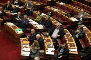 """Βουλή: Πέρασαν τα μέτρα Τσίπρα με 196 """"ναι"""""""