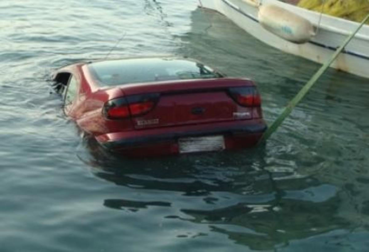 Βουτιά αυτοκινήτου στη θάλασσα – Νεκρός ο οδηγός | Newsit.gr