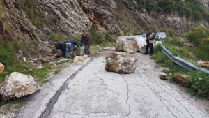 Ήπειρος: Βράχια έκλεισαν το δρόμο προς το Συρράκο