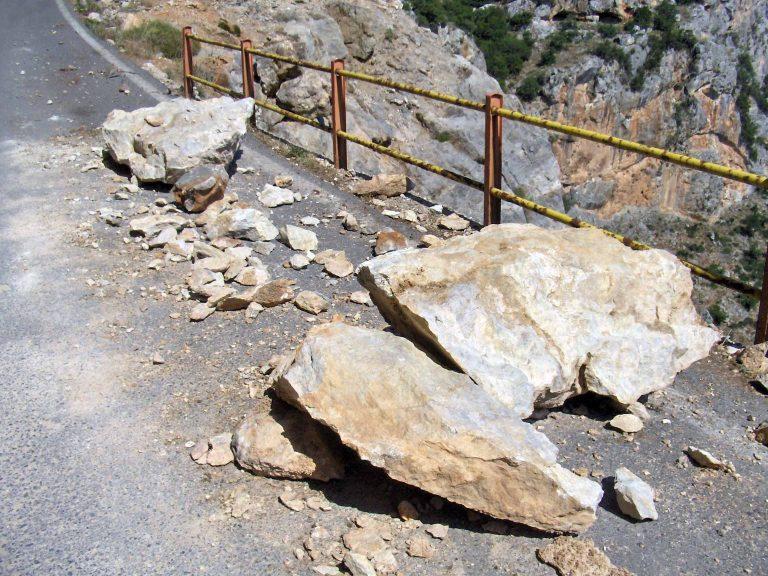 Λάρισα: Πέφτουν βράχια στο δρόμο | Newsit.gr