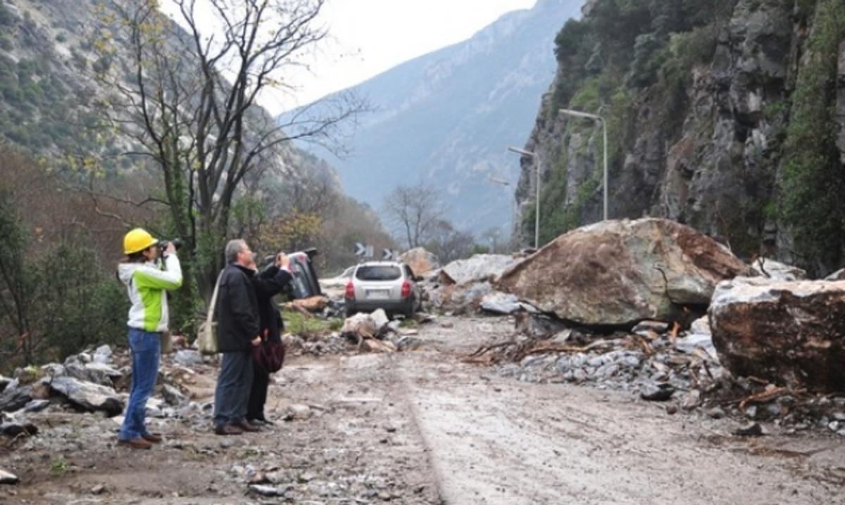 Κλειστή η παλαιά Ε.Ο. Πατρών-Κορίνθου από πτώση βράχου | Newsit.gr