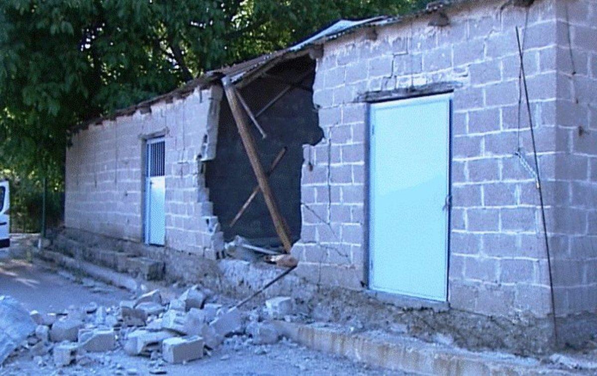 K. Βούρλα: Τρόμος στην Καρυά από πτώση βράχου! Τρύπησε αποθήκη – ΒΙΝΤΕΟ | Newsit.gr