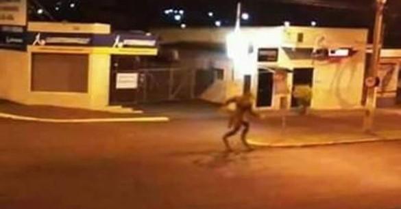 Απίστευτο! Πλάσμα που μοιάζει με λυκάνθρωπο σε πόλη τη Βραζιλίας! ΒΙΝΤΕΟ