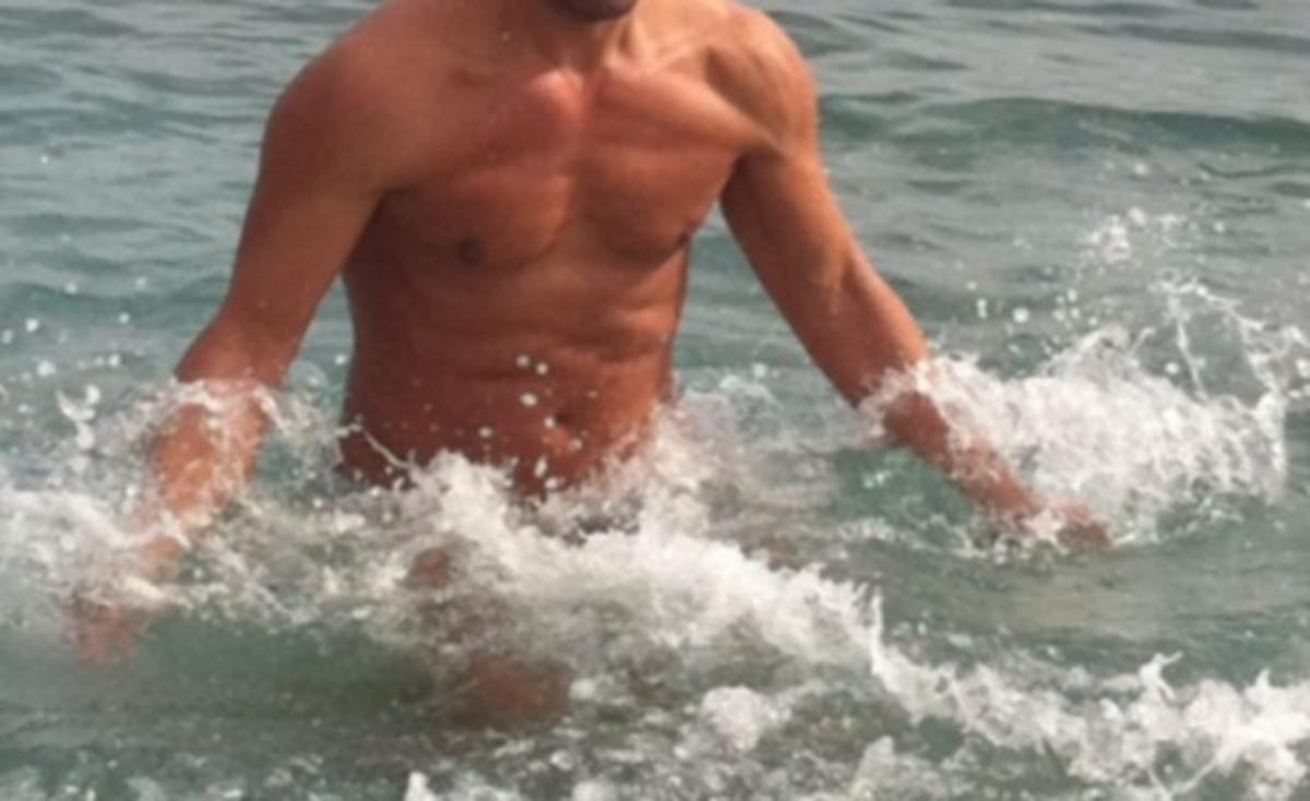 Γνωστός παρουσιαστής μας βούτηξε στην παγωμένη θάλασσα! | Newsit.gr