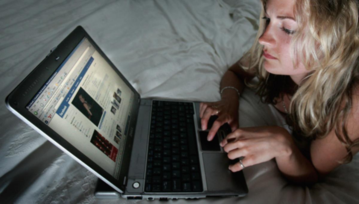 Φλέρταρε στο facebook με σέξι ξανθιά χωρίς να ξέρει ότι είναι η γυναίκα του! | Newsit.gr