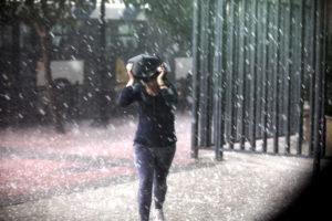 Καιρός τώρα: Χαλάζι και καταιγίδα σε Σταμάτα, Δροσιά και Ερυθραία
