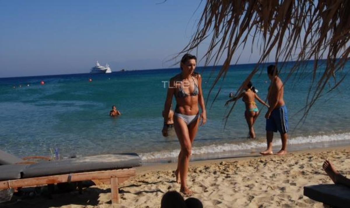 Φ. Χαλκιά: Συνεχίζει τις βουτιές στη Μύκονο! Φωτογραφίες | Newsit.gr