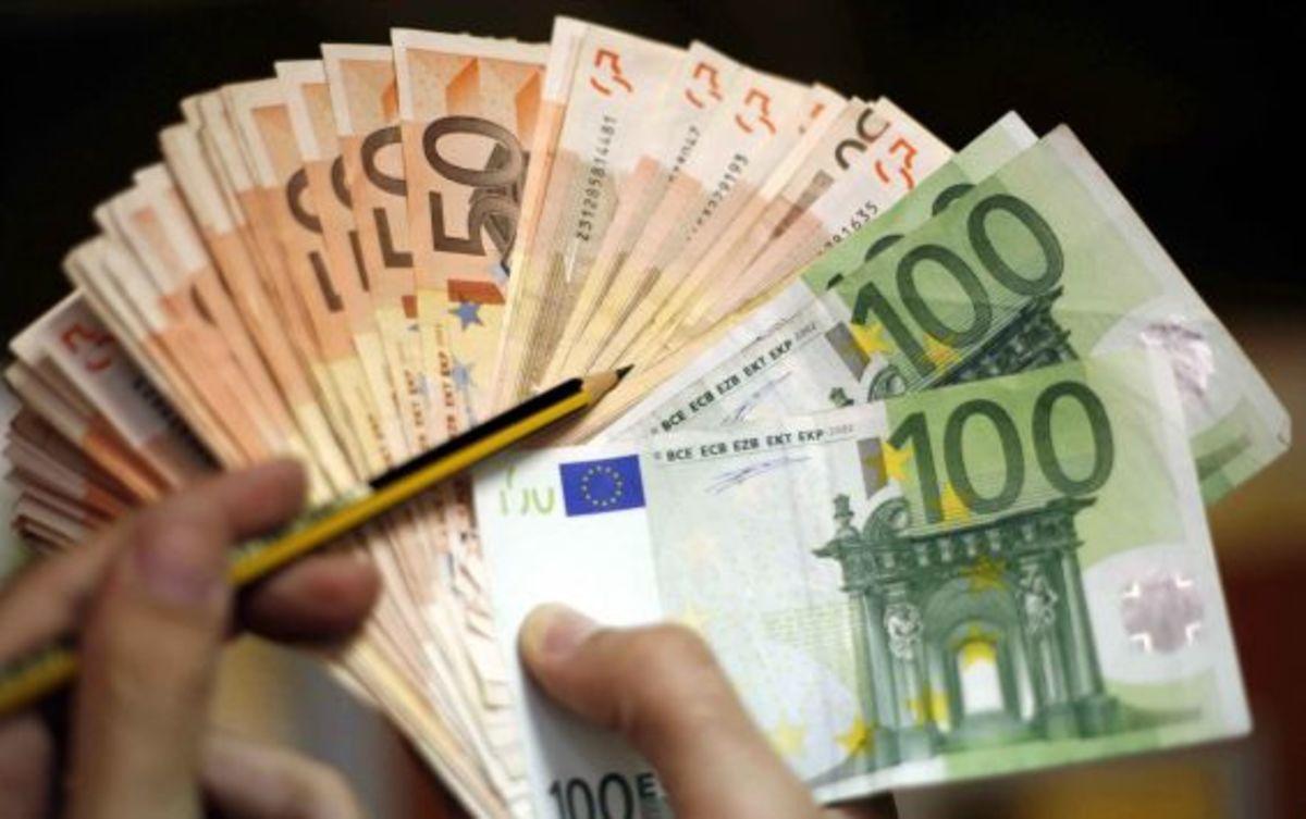 Βρήκε 5.500 ευρώ στο δρόμο και τα παρέδωσε! | Newsit.gr