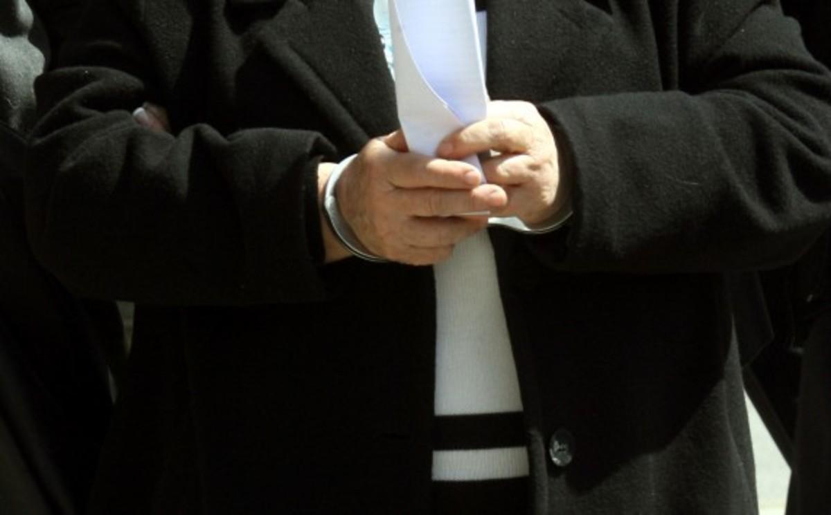 Την έπιασαν να «τα παίρνει» – Χειροπέδες σε προϊσταμένη της Περιφέρειας Αττικής! | Newsit.gr