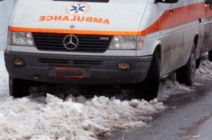 Καιρός: Ασθενοφόρο στη Λάρισα κόλλησε στο χιόνι