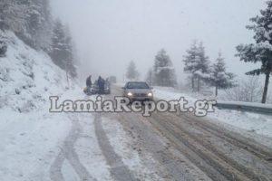 Καιρός: Χιονίζει στο Καρπενήσι – Με αλυσίδες η κίνηση