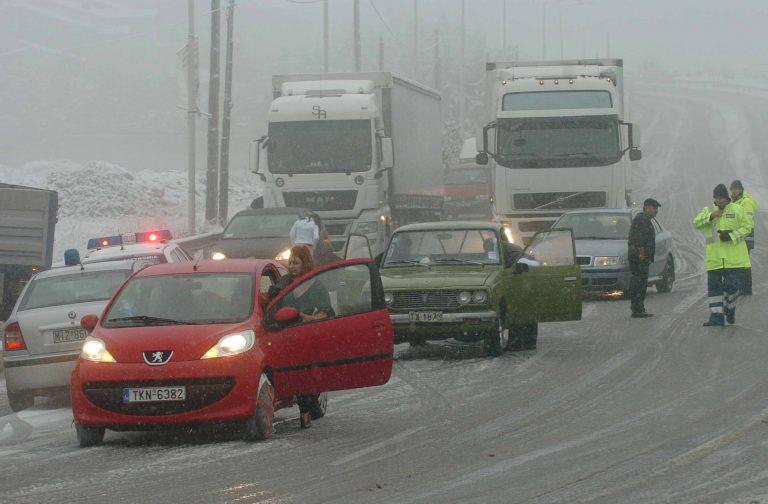 Εκτός εθνικών οδών τα φορτηγά λόγω χιονιού και παγετού – Πού χρειάζονται αλυσίδες | Newsit.gr