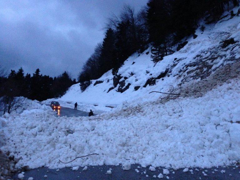 Χιονοστιβάδα έκλεισε το δρόμο στην ορεινή Καλαμπάκα | Newsit.gr