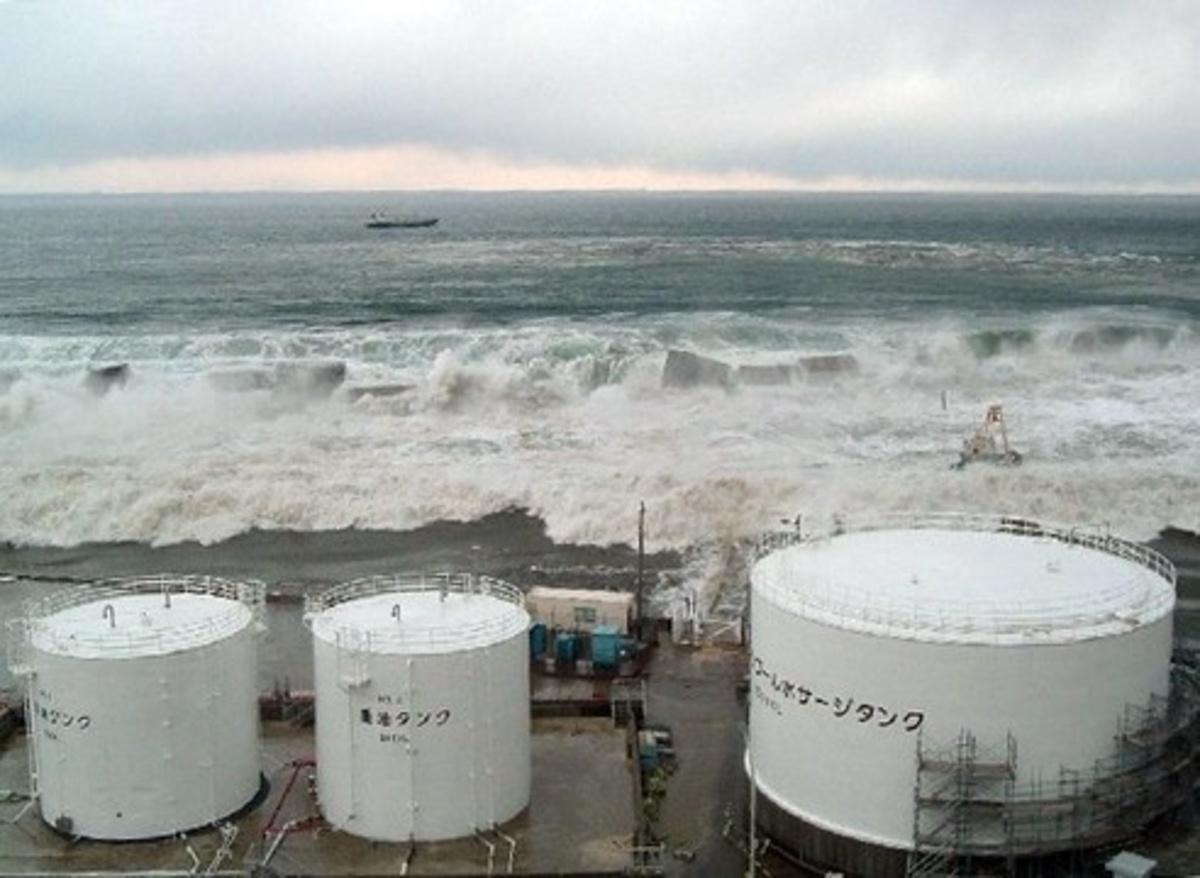 Η στιγμή που το τσουνάμι χτυπάει το πυρηνικό εργοστάσιο της Φουκουσίμα! Οι πρώτες φωτο | Newsit.gr