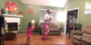 Μπαμπάς και κόρη χορεύουν μαζί και το βίντεο τους «ρίχνει» το διαδίκτυο!
