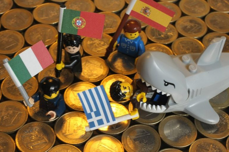 Financial Times: Τρώγοντας το ευρώ! | Newsit.gr