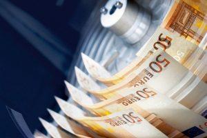 Handelsblatt: Οι ελληνικές τράπεζες επιβιώνουν λόγω των capital controls
