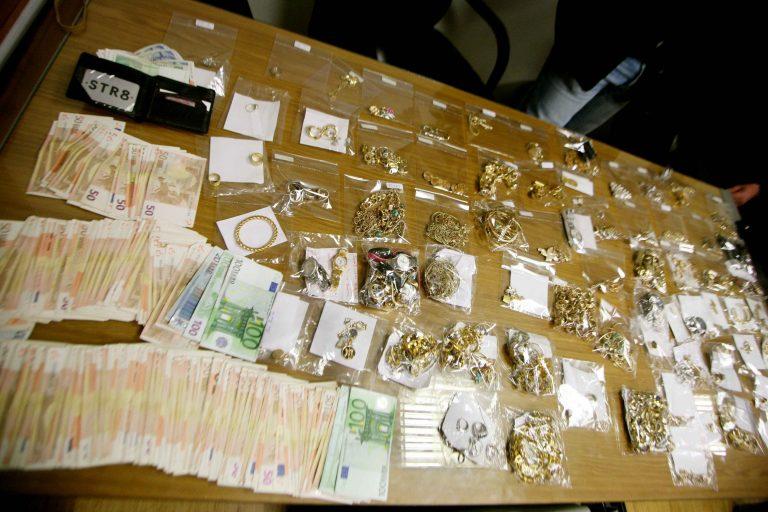 «Μπουμπούκια» πατέρας και γιος – Έβρισκαν ποιοί πωλούν χρυσαφικά στο διαδίκτυο και τους έκλεβαν   Newsit.gr