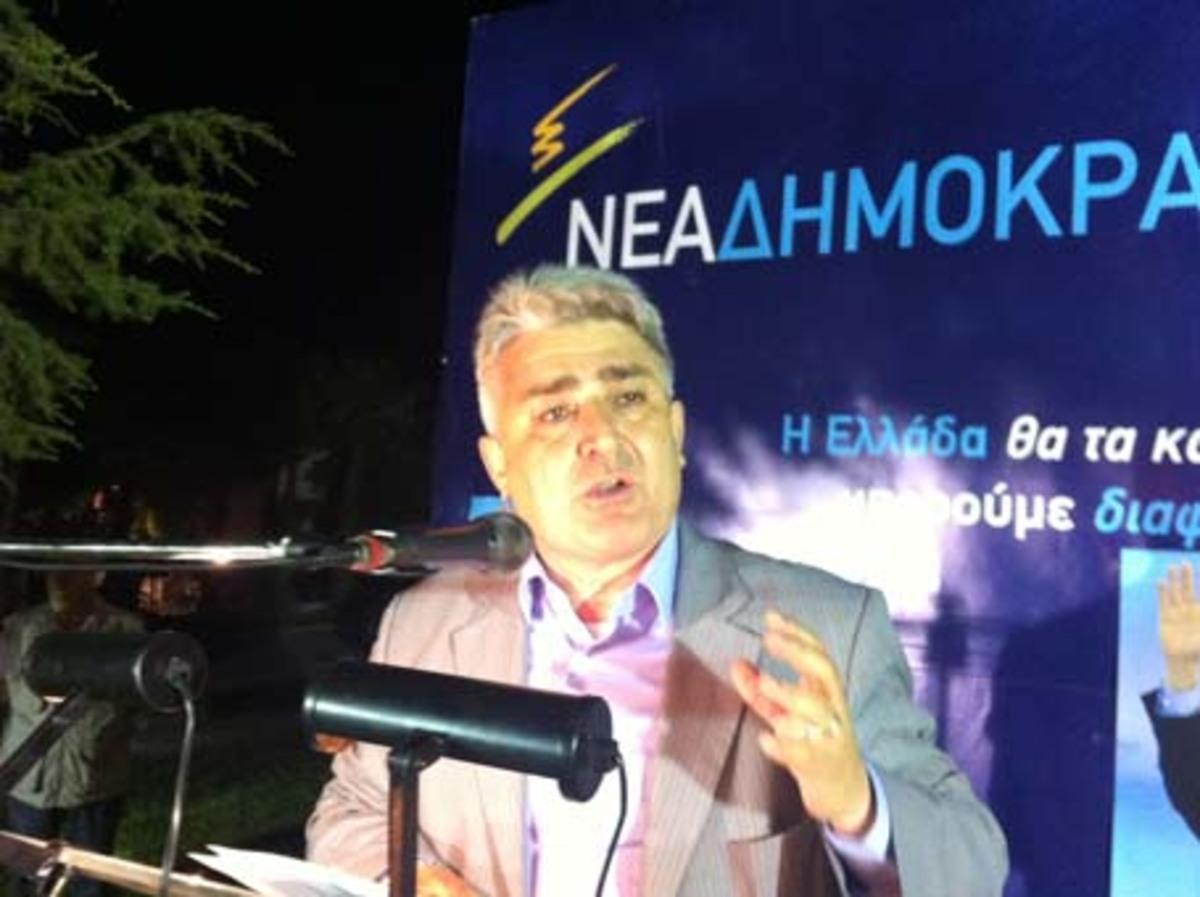 «Κλέφτες, προδότες, πολιτικοί» – Πολύτεκνοι αποδοκίμασαν βουλευτή – Video | Newsit.gr