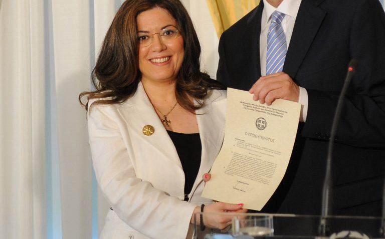 Αυτή είναι δημόσια υπάλληλος! – Βραβεύτηκε από Σαμαρά γιατί γλίτωσε το Δημόσιο από πρόστιμα 550 εκατομμυρίων! | Newsit.gr