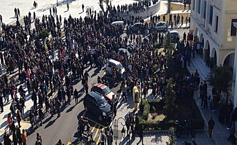 Ξεσηκώθηκε όλη η Ζάκυνθος για τα σκουπίδια [pics] | Newsit.gr