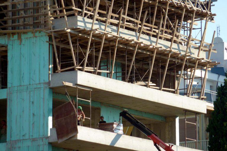 Θεσσαλονίκη: Ζάρια, καλάσνικοφ, συλλήψεις και πυροβολισμοί σε μια οικοδομή! | Newsit.gr