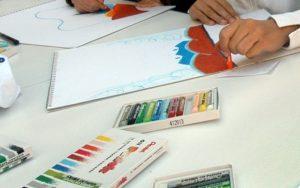 Προσφυγόπουλα στα Διαβατά ζωγράφισαν δέκα λέξεις που αντιπροσωπεύουν βασικά τους δικαιώματα