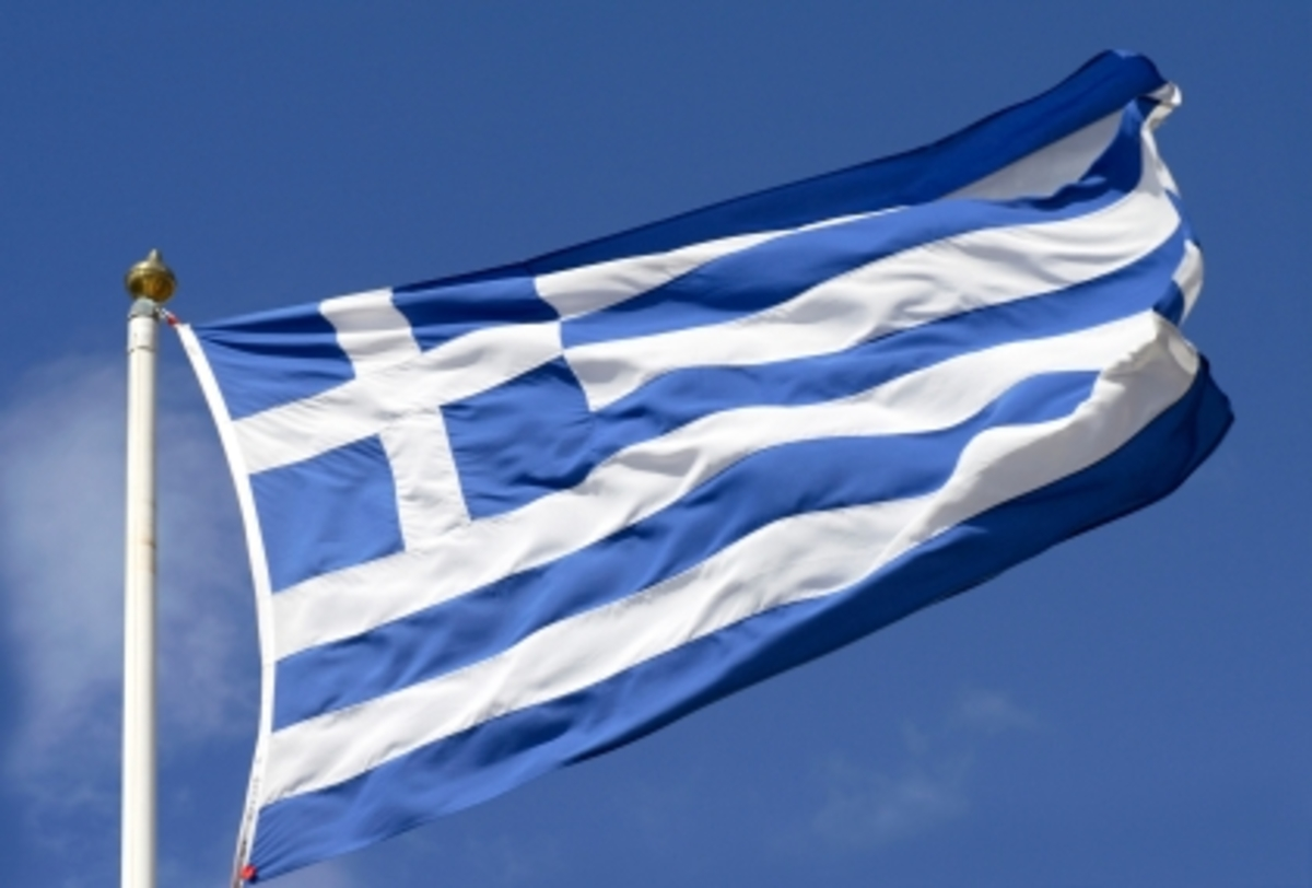 Ζάκυνθος: Έσβηναν τσιγάρα στη σημαία! | Newsit.gr