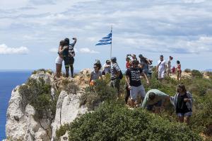 Ζάκυνθος: Selfies που κόβουν την ανάσα στο Ναυάγιο – Ρισκάρουν στο γκρεμό [pics]