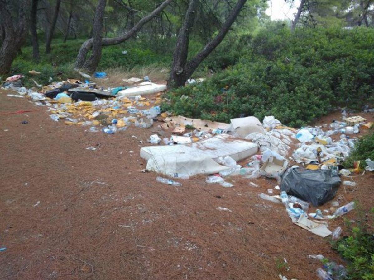 Χαλκιδική: Εικόνες ντροπής σε διάσημη παραλία της Κασσάνδρας – Έφυγαν και άφησαν πίσω αυτές τις εικόνες [pics] | Newsit.gr