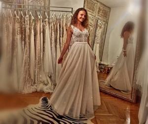 Τήνος: Οι πόζες της κούκλας νύφης, οι επώνυμοι καλεσμένοι και η ευτυχία του γαμπρού!