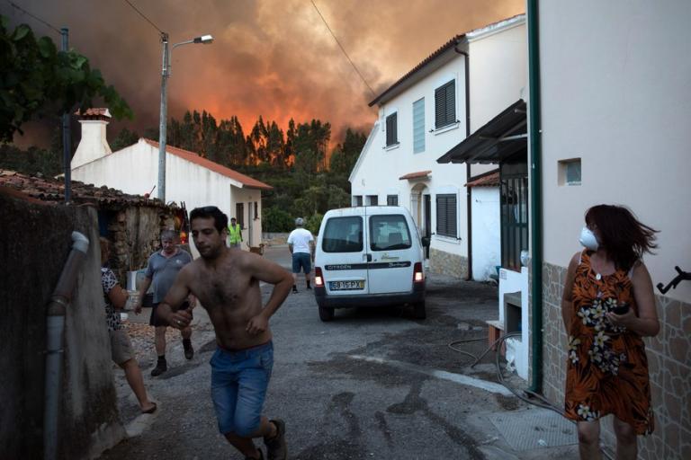 Πυρκαγιές στην Πορτογαλία: Πύρινη κόλαση! Οι άνθρωποι τρέχουν να σωθούν [pics, vids] | Newsit.gr