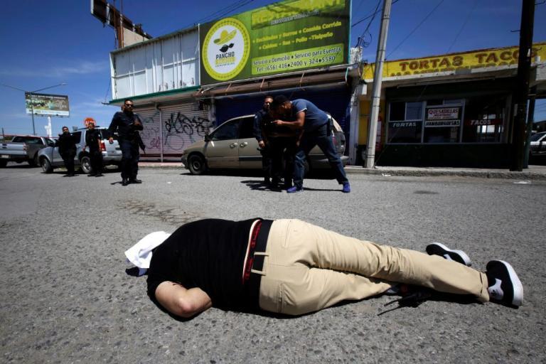 «Μασκοφόροι» έδεσαν και εκτέλεσαν τρεις αστυνομικούς | Newsit.gr