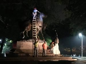 Επεισόδια στη Βιρτζίνια: Απομακρύνθηκαν τη νύχτα τα αγάλματα [pics]
