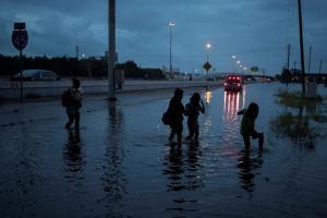 Φονικός Χάρβεϊ: Σε κατάσταση έκτακτης ανάγκης και η Λουιζιάνα – Έρχονται χειρότερες μέρες