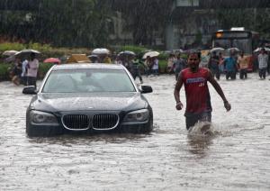 Βομβάη: «Παραλύει» από καταρρακτώδεις βροχές και πλημμύρες