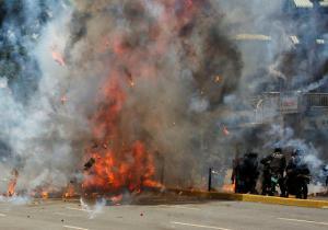 Βενεζουέλα: Εκλογές πνιγμένες στο αίμα – Νεκροί, τραυματίες και σκληρές μάχες στους δρόμους [pics]