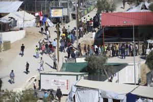 Μυτιλήνη: Κόλαση επεισοδίων στον καταυλισμό της Μόριας – Τραυματίες, φωτιές, ζημιές και άγριο ξύλο!