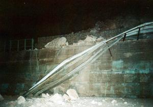 Τέμπη: Πτώσεις βράχων σε πάρκινγκ ξενοδοχείου – Ζημιές σε παρκαρισμένα αυτοκίνητα!