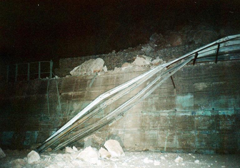 Τέμπη: Πτώσεις βράχων σε πάρκινγκ ξενοδοχείου – Ζημιές σε παρκαρισμένα αυτοκίνητα! | Newsit.gr