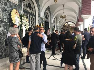 Λάρισα: Σπαραγμός στην κηδεία του Διονύση Τσεκούρα που σκοτώθηκε στη συντριβή του αεροσκάφους [pics, vid]
