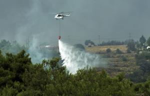 Φωτιά στην Αττική: Απελπισμένοι οι κάτοικοι κάνουν έκκληση για πόσιμο νερό – Μεγάλη αναζωπύρωση στο Καπανδρίτι [pics, vids]
