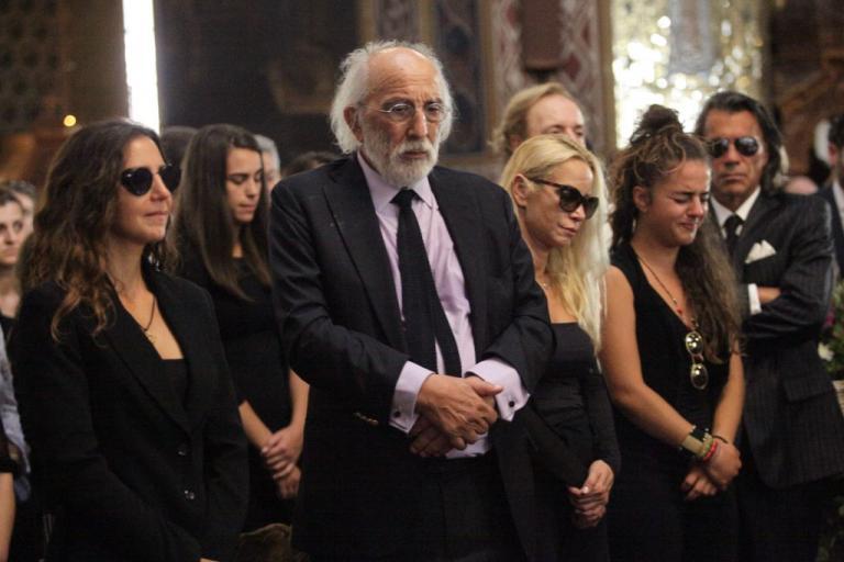 Ζωή Λάσκαρη: Κατέρρευσαν οι αγαπημένοι της στην κηδεία! [pics]   Newsit.gr