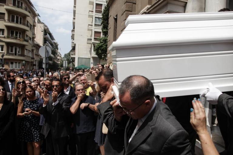 Ο χαμός έξω από την εκκλησία στην κηδεία της Ζωής Λάσκαρη: «Εξαφανίσου είπα»! | Newsit.gr