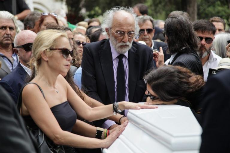 Ζωή Λάσκαρη Κηδεία: Αγκάλιασαν το φέρετρο τα κορίτσια της! Σπαραγμός! [pics]