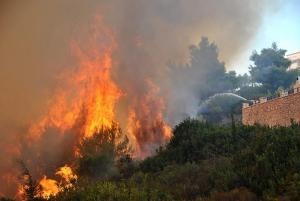 Φωτιά στη Ζάκυνθο: Μαίνεται η πυρκαγιά στις Μαριές – Αγώνας για τη σύλληψη των εμπρηστών [pics]